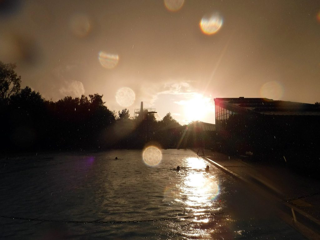 Dramatsicher Himmel  über dem Freibad