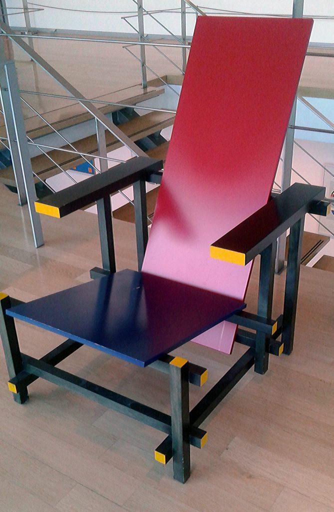 Kulturblick auf den blauroten Stuhl
