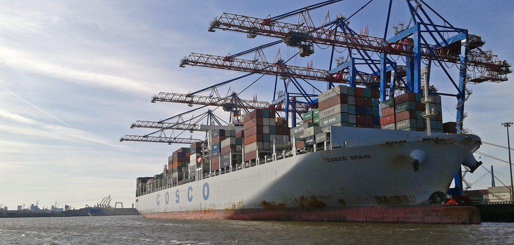 Containerschiff im Hamburger Hafen - kein Meer
