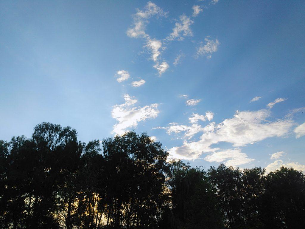Das Gewitter hat sich verzogen. Nur noch ein paar Wolkenfetzen