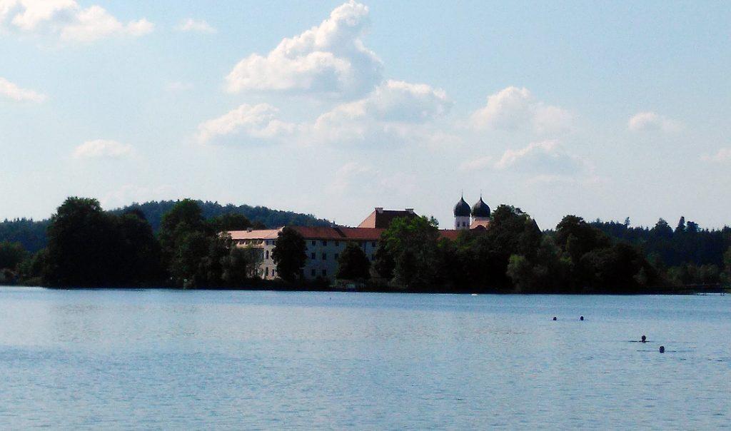 Kloster Seeon - vom gegenüberliegenden Ufer aus