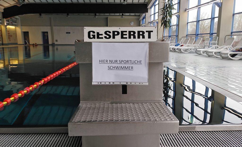 Hinweisschild Hier nur sportliche Schwimmer