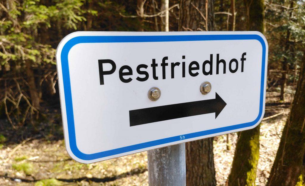 Auf dem Jakobsweg - Hinweisschild zum Pestfriedhof