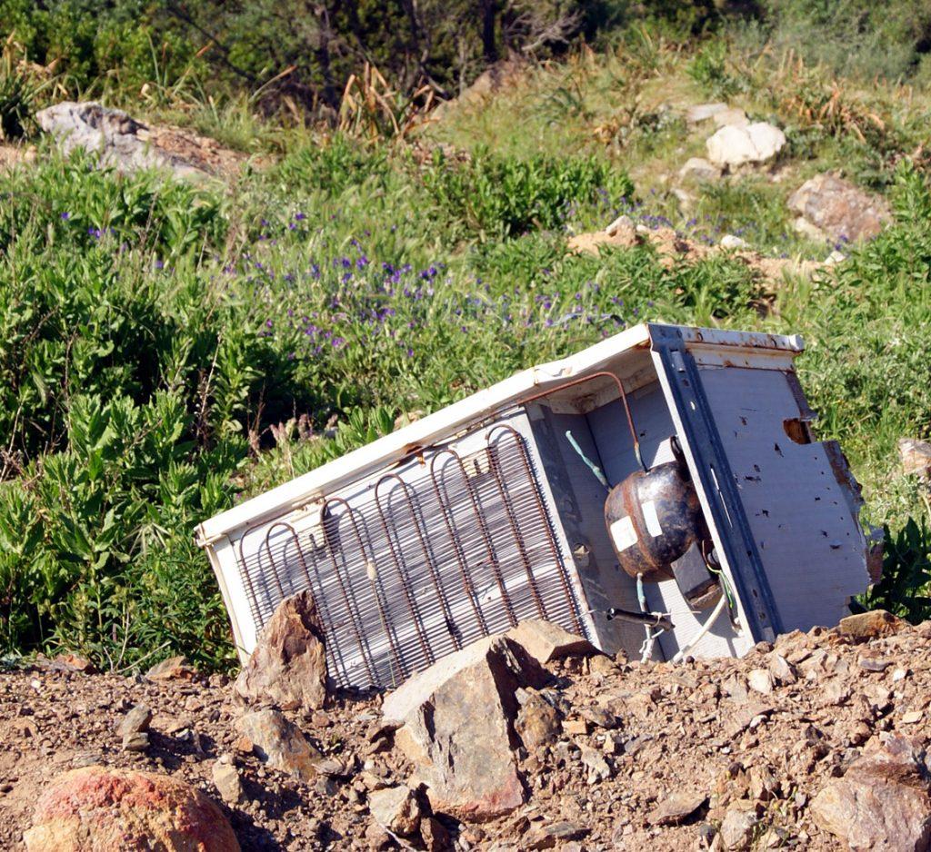 Der Kühlschrank hat ausgedient, ab damit in die Landschaft