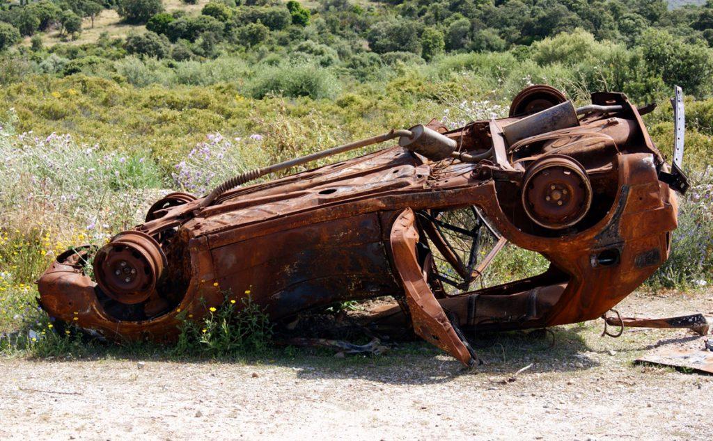 Ein weiteres Autowrack in der Macchia - Müll überall