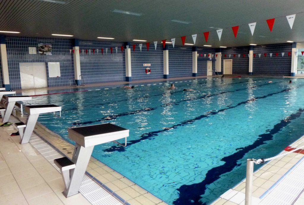 Schwimmhalle - allein unter Postlern