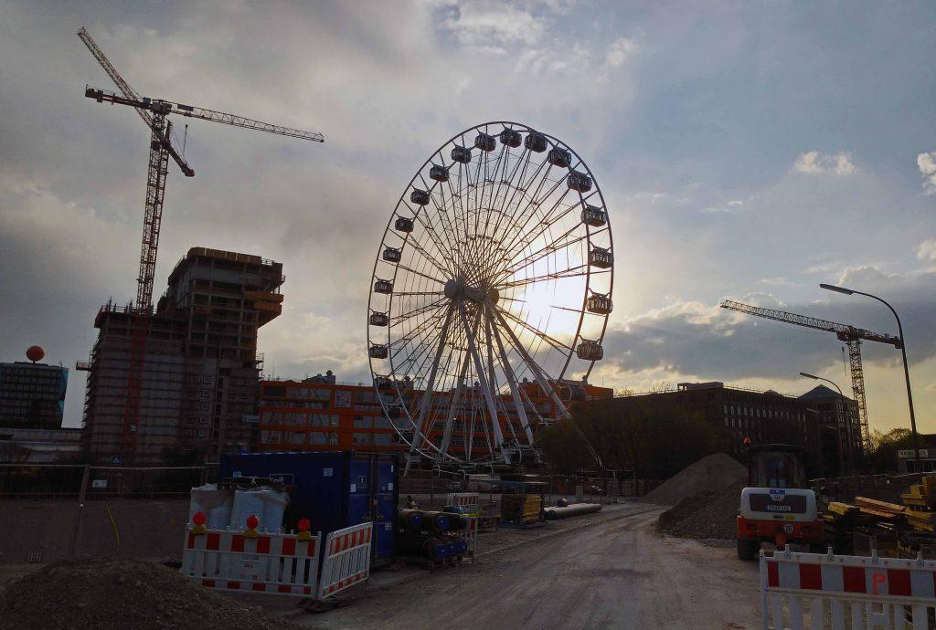 Das Riesenrad im Werksviertel. Inmitten der Baustellen