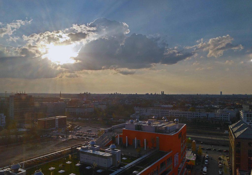 Dramatisches Wetter über der Stadt. Blick aus dem Riesenrad