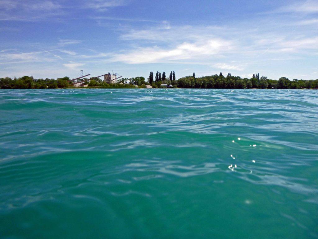 Türkisblau das Wasser