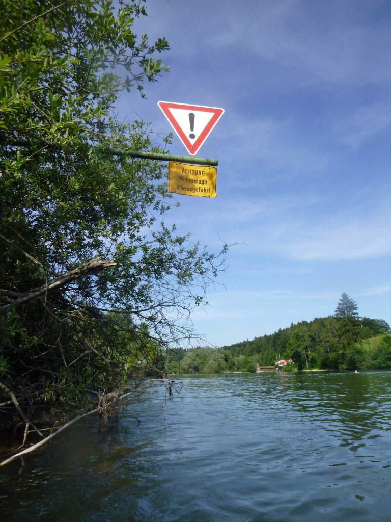 Warnschild, den Fluss wieder zu verlassen