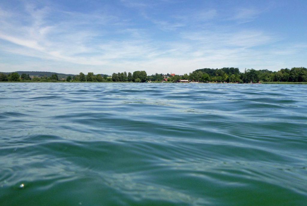 Das Strandbad vom See aus - in weiter Ferne