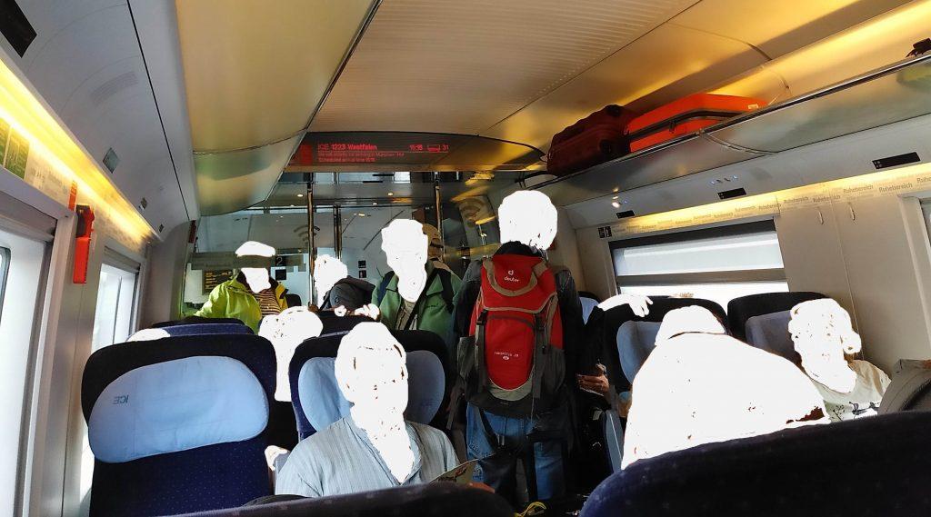Rausdrängen aus dem Zug - gleich geht's los