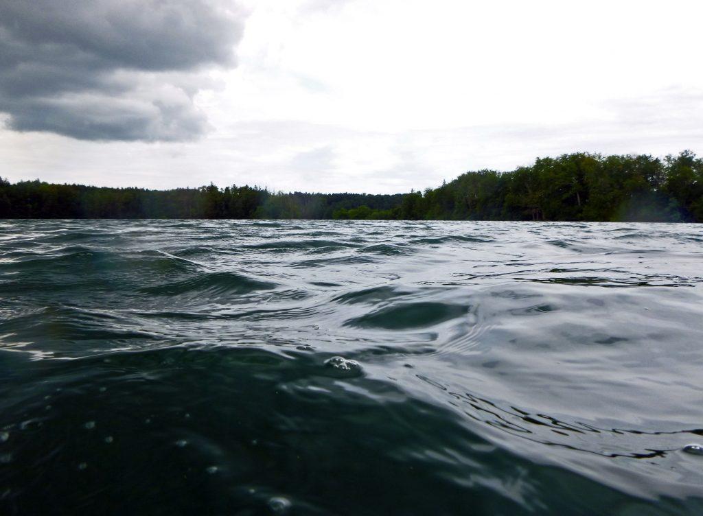 Das Wasser schwärzt sich zunehmend.