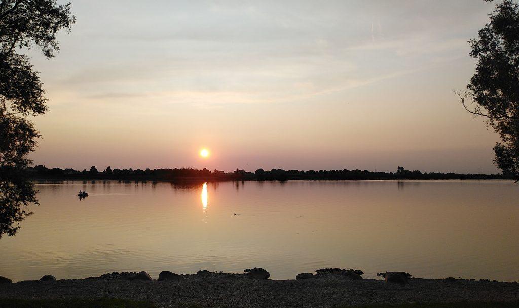 Fast versunken - die Sonne. Goldene Stunde am Weiher