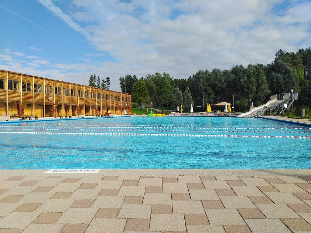 Nichtschwimmerbecken in Taufkirchen. Mit Schwimmerbahnen