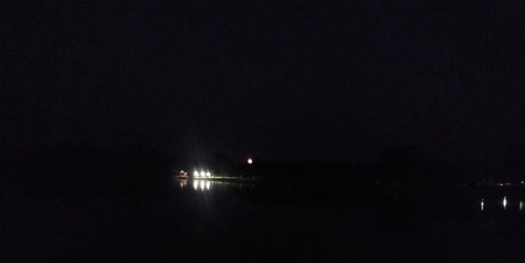 Es ist Nacht geworden, der Mond erhebt sich.
