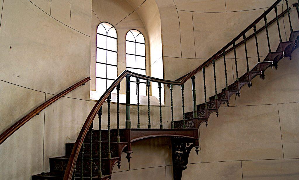 Eiserne Treppe - nur an der Wand befestigt