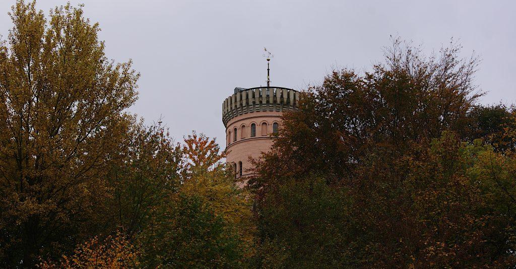 Über den Gipfeln im Wald der Schlossturm