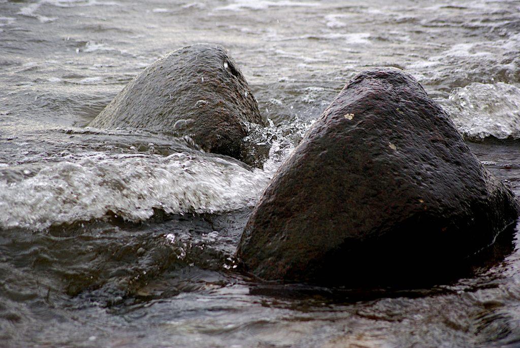 Zwei Felsen, von Wellen umspült