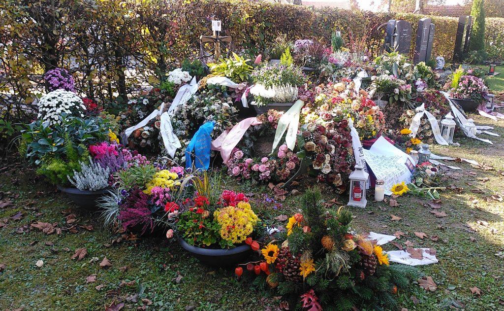Das frische Grab - auf dem Friedhof