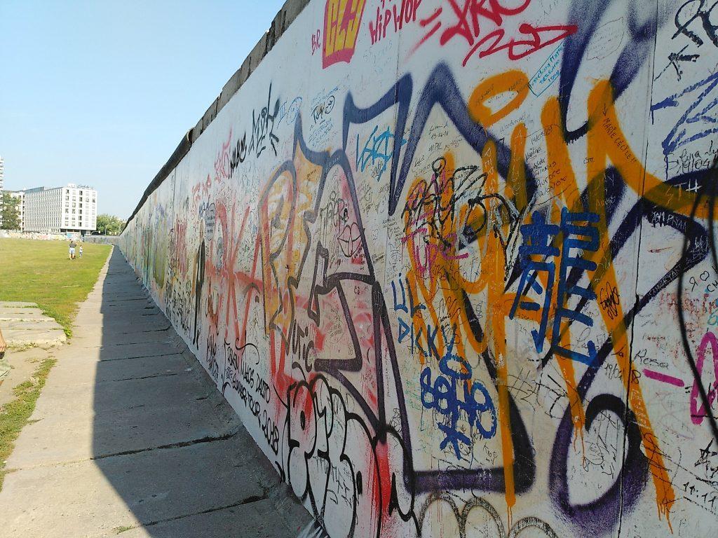 und die Rückseite der Mauer. Heute