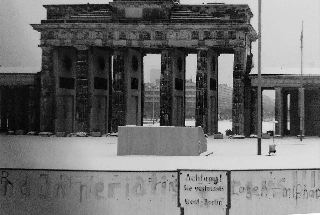 Mauer - Brandenburger Tor im Winter.