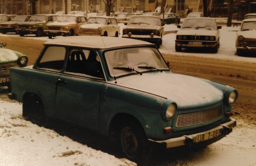 Hinter der Mauer. Trabi in Ost-Berlin am Straßenrand.