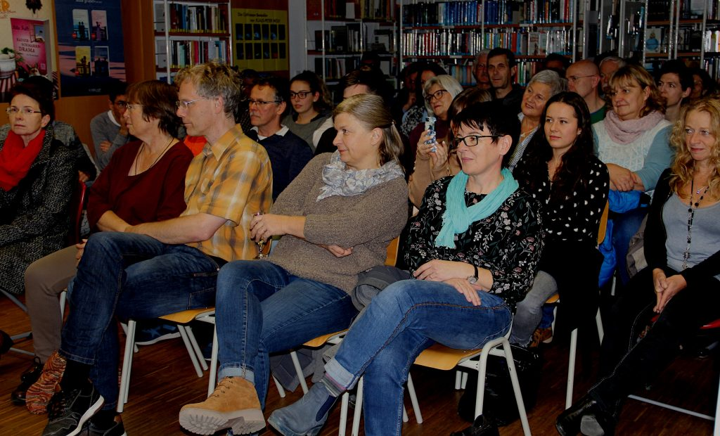 Gespannt waren die Zuhörer auf den Beginn der Lesung