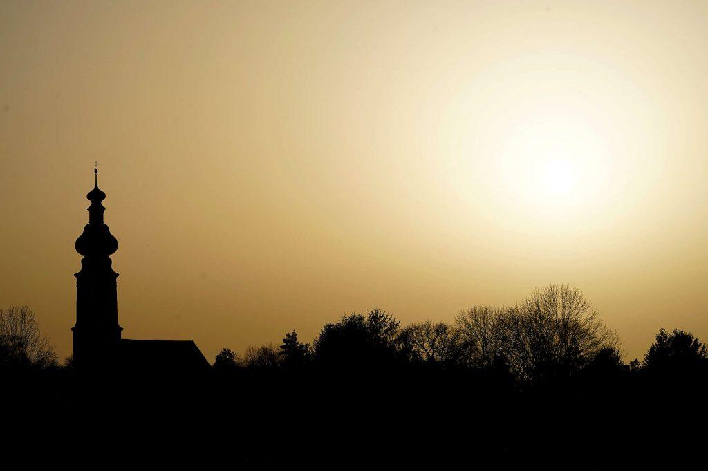 Die Kirche im Dorf - gelber Saharasandhimmel